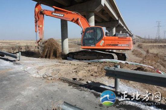 图为被破坏的高速公路围栏