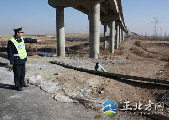 被破坏的高速公路围栏缺口