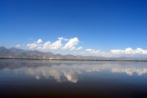 哈素海平静的湖面