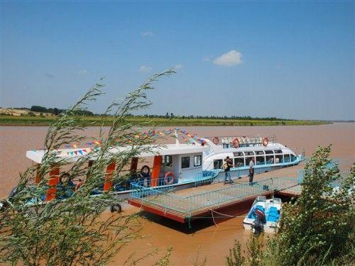 黄河上的游船