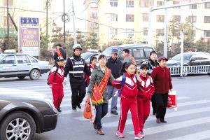 家长护送学生过马路