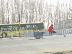一位市民正在翻越隔离防护栏
