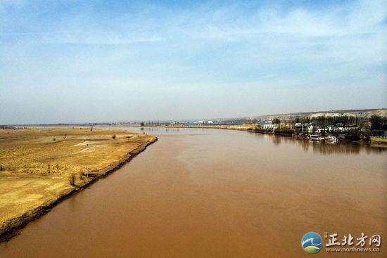 在缆车中俯瞰黄河美景