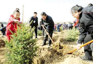 市委副书记、市长秦义等市四大班子领导与首府群众共同植树。本报首席摄影记者 彭晓明 摄