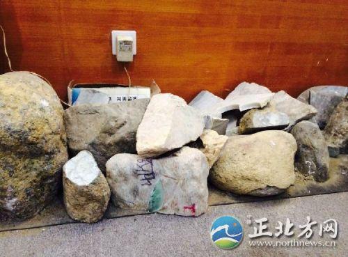 被切割完的砾石原料堆放在墙角