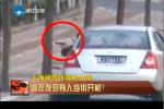 监拍小伙坐车内当街开枪 被警察当场抓获