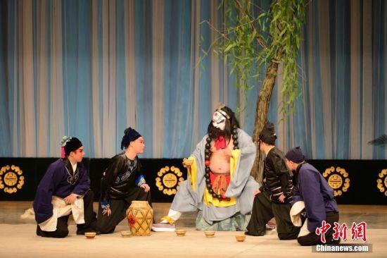 京剧传统剧目《野猪林》片段,鲁智深与偷菜的小厮对话。
