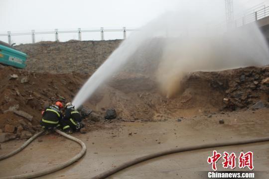 消防员正在稀释泄漏的天然气 张乐摄