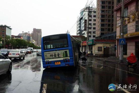 公交车陷入了路中的一个正在施工的污水井中