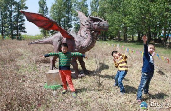 """三名小朋友""""重返侏罗纪""""。"""