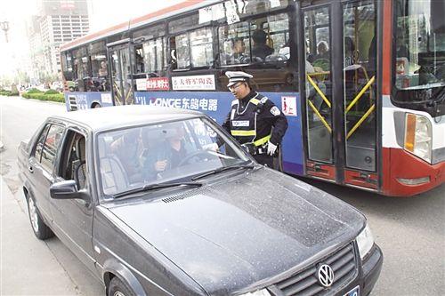 交警纠正社会车辆占用公交专用车道行为