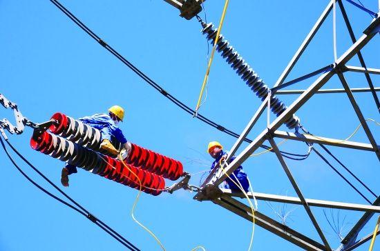 工作人员正在为输电线路涂刷RTV涂料