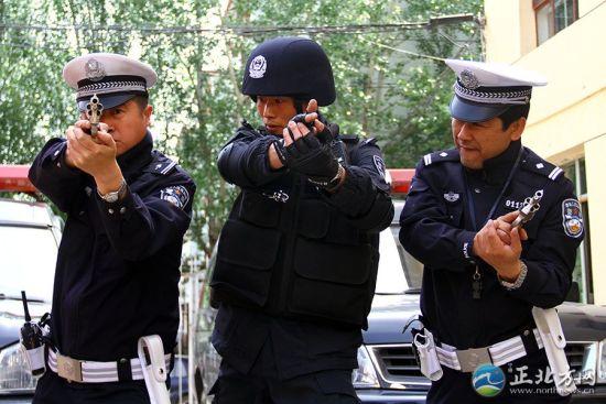呼和浩特市公安局交管支队为85名符合条件的交警装备了最新配发的10毫米转轮防暴手枪