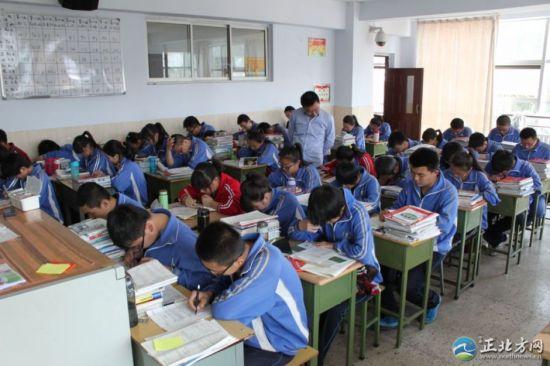 呼和浩特市第六中学高三年级六班正在做高考模拟试卷