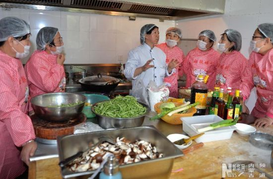 老师在教参加月嫂培训的妇女做菜