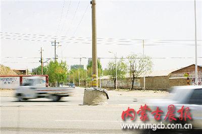 附件厂西路与附件厂南巷交会处的电杆立在路中间( 记者 刘刚 赵新宇摄影)
