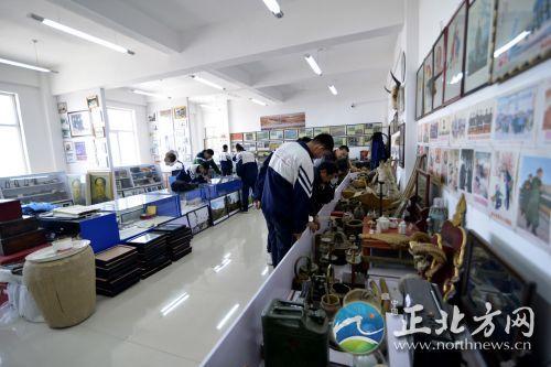 学生参观农耕博物馆 白忠义摄