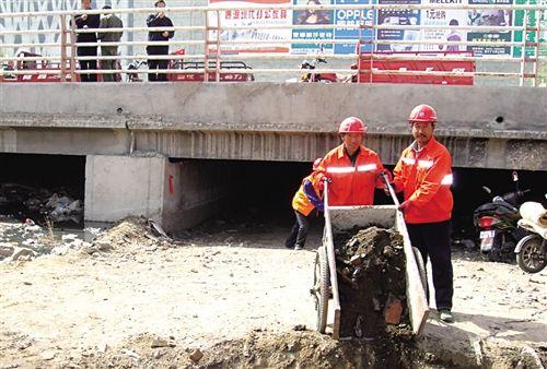 工人清除银匠窑桥下的淤泥 董博宇摄