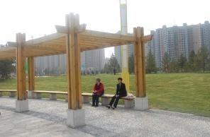 市民在敕勒川公园内休息