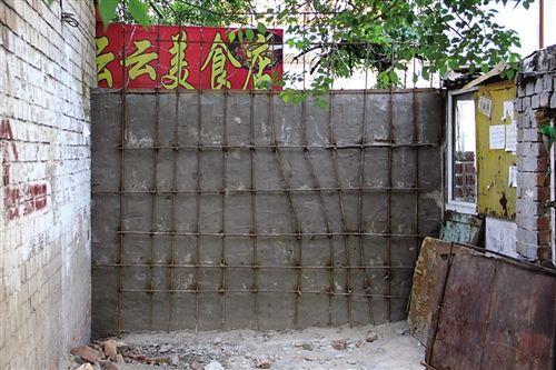 棉纺小区西侧离万达广场较近的小门被彻底堵死
