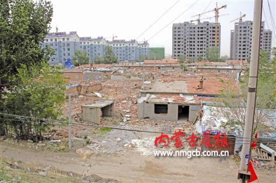 ●图为通辽市科尔沁区科尔沁大街附近一处棚户区正在拆除旧房屋