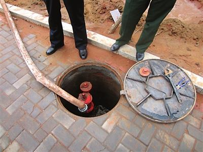 用消防水带灌溉绿化带