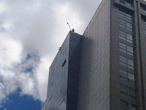 讨薪者站在楼顶