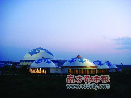 黄昏时草原上的蒙古包 摄影:徐昌