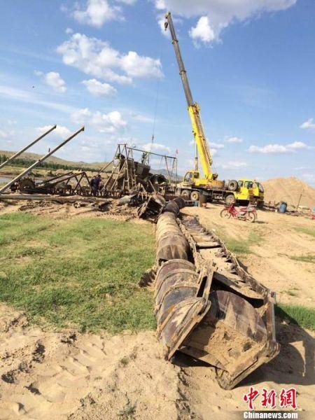内蒙古和林县整改黄河支流非法采砂厂,采砂船正在拆卸。图为施工现场。乌娅娜摄