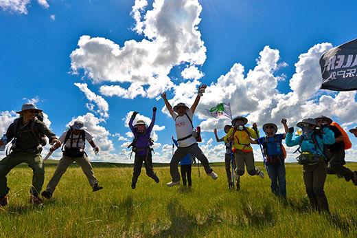 环保倡导者在内蒙古自治区乌拉盖草原开启徒步行走之旅