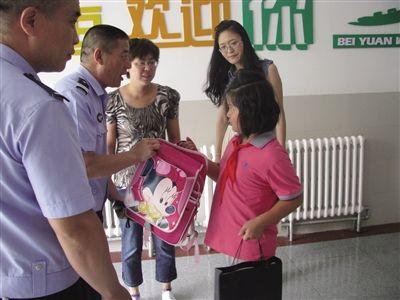 新城区交管大队三中队民警为贫困生杨媛送去了学习用具