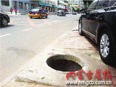 一不小心车辆轮胎就会陷入井内
