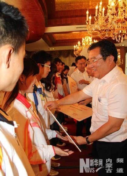 6月28日,商会企业家向贫困生捐款。