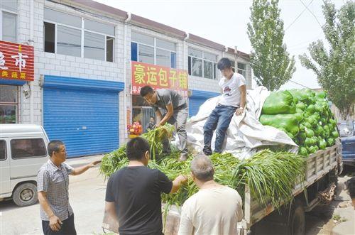 圆白菜卖出去了,大葱也跟着销售出去不少。