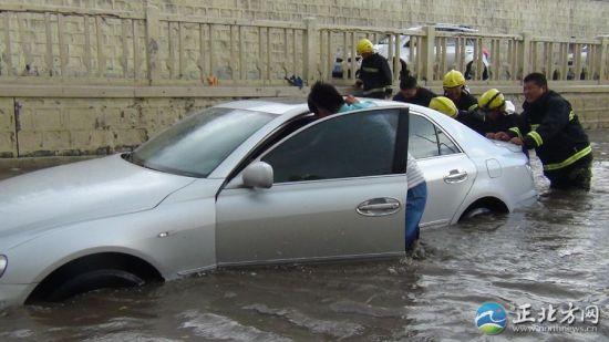集宁区北地道一车辆被困水中
