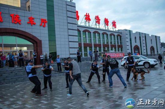 演练活动模拟锡林浩特火车站公安派出所通过视频监控系统,发现恐怖分子持刀冲进站前广场砍杀旅客的情景