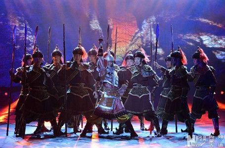 演员在蒙古剧《长调》中表演《征战》片段