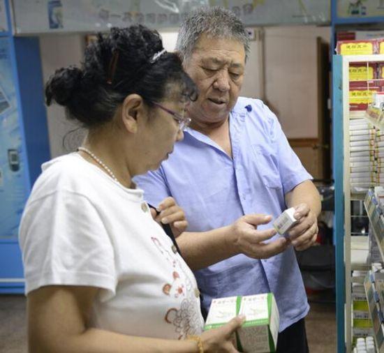 市民在某药店里选购低价药品