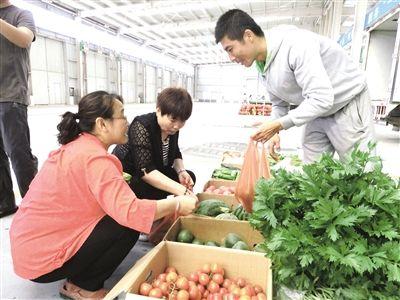 市民在地产蔬菜交易中心选购蔬菜