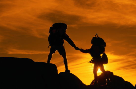 与普通双肩包相比,登山包另一个最大的优势就是在徒步的过程中,其独特的设计,能让驴友们在徒步中更加省力。另外,登山包的颜色最好是鲜艳一些,当然这并非是为了追求一种潮流,众所周知,户外徒步旅行是存在危险的,背包的鲜艳颜色,实际上对旅行者而言,它起到了一种救命作用。当你在山间或是其他地方迷路是,背包的鲜艳颜色,就是你的一颗救命稻草。   二鞋子   登山包的选择上,普及完了知识后。鞋子也是徒步旅行中,不可或缺的东西。人在长时间徒步时,踝骨容易受伤,因此,一双好的鞋子常常决定着旅行者的路途。如何选择鞋子?这也