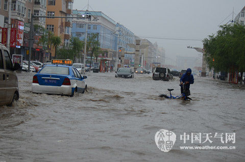 23日,呼伦贝尔市莫旗尼尔基镇遭遇强降雨,城区内涝严重。(图/赵可新)