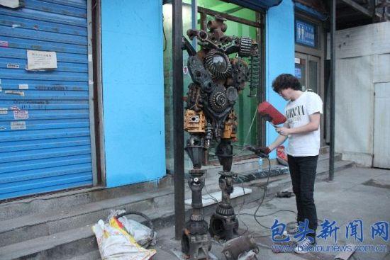 """""""铁人""""的真实身份是""""古战士"""",它的创作者是正在布置中的街头绘画馆经营者宋飞龙"""