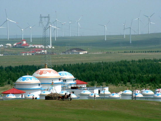 蓝天白云下的辉腾锡勒草原