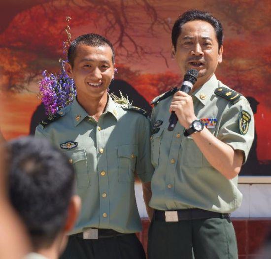 总政话剧团演员刘劲(右)在文艺演出中与战士进行互动
