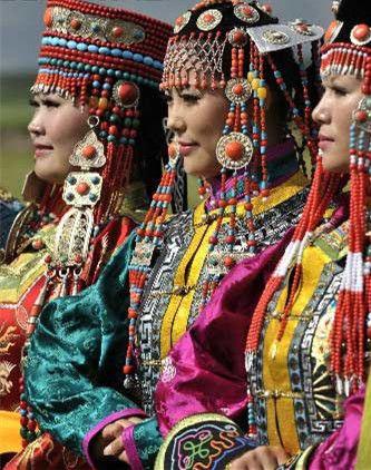 身着蒙古族袍的女子