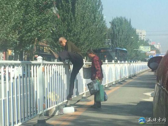老汉开始翻越护栏