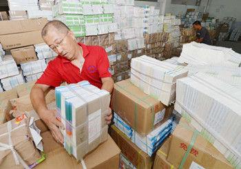 8月18日,内蒙古新华发行集团呼和浩特市分公司工作人员在配发中小学教材。
