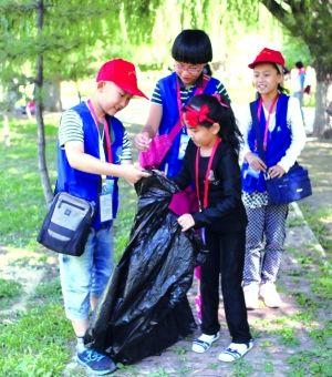 小志愿者们在青城公园捡垃圾