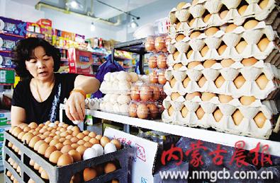 商户表示目前蛋价已涨到最高