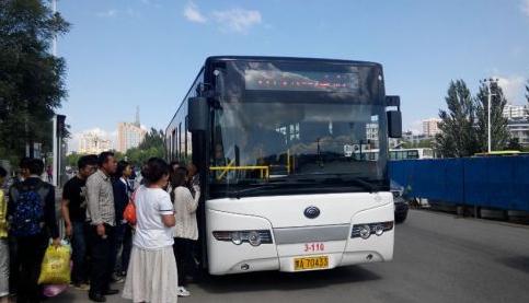 乘坐101路公交车的乘客不少